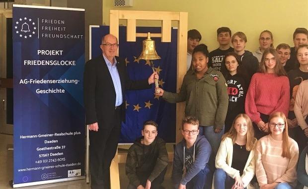 Michael Wäschenbach läutet die Friedensglocke zum Gedenktag  09.11.2019