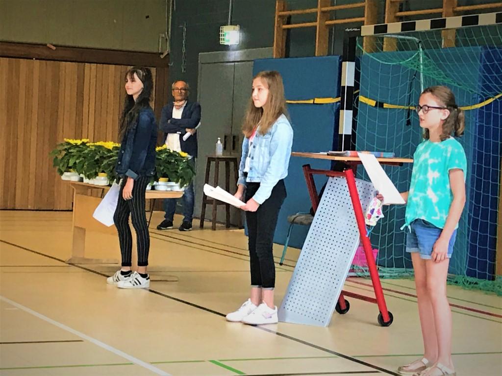 Gedichtvortrag der Schülerinnen Mia Baldus, Mira Schneider und Alyson Stein 6B (Mittel)