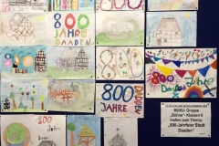 Stellwand im Eingangsbereich zeigt Schülerarbeiten zur 800 Jahrfeier (Andere)
