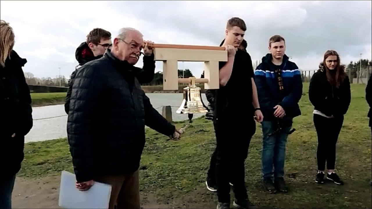 Friedensglocke wird zum ersten Mal im europäischen Ausland im KZ-Sammellager Breendonk am  08.03.2019 durch Eddy van den Bussche gläutet. (Mittel)