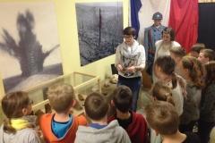 Madeline Schäfer und Leah Litau führen die aufmerksamen Schüler der Klasse 5b durch die Ausstellung (Lars Limbach) (Mittel)