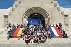Plus jamais la geurre - nie wieder Krieg 2017 fahren alle 4 Klassen der Stufe 8 nach Vderdun und bekennen Flagge zum europäischen Friedensgedanken vor dem Beinhaus von Douaumont  (Lars Limbach) (Mittel)
