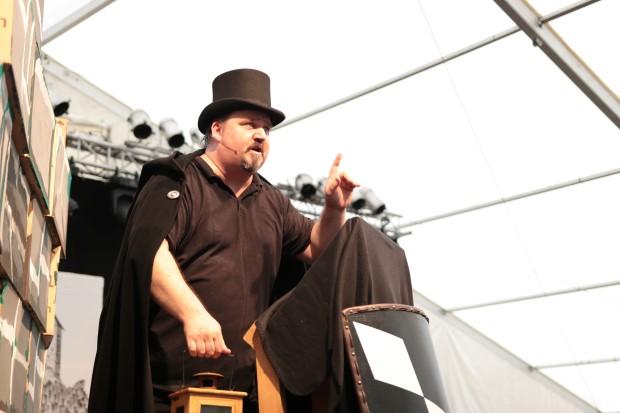 Der Nachtwächter (Lars Limbach) leitet  die Geschichte ein