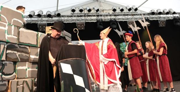 Der Bischof von Trier (Jona Ströhmer) belagert Hohenseelbach mit Diener (Lars Weinbrenner) und Rittern  (Tamina Benner, Fynn Lichtenthäler, Nina Schuster)