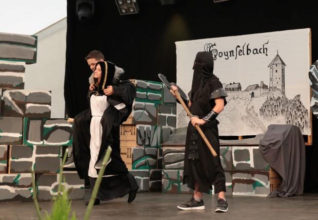 """Die kluge Hilde trägt ihren """"Brautschatz""""  Heinz am Henker (Robin Schlosser) glatt vorbei!"""