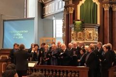 Der gemischte Chor singt unter der Leitung von Roland Imhäuser.