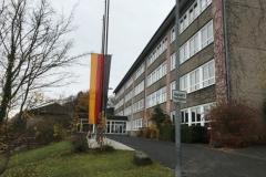 Auch an der Hermann-Gmeiner-Realschule  weht die Flagge auf Halbmast