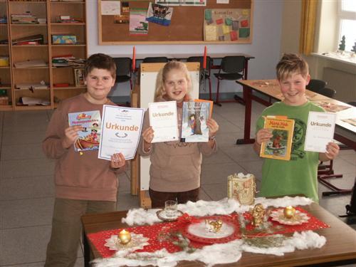 Die drei stolzen Sieger mit ihren Buchpreisen und ihrer Wunschlektüre