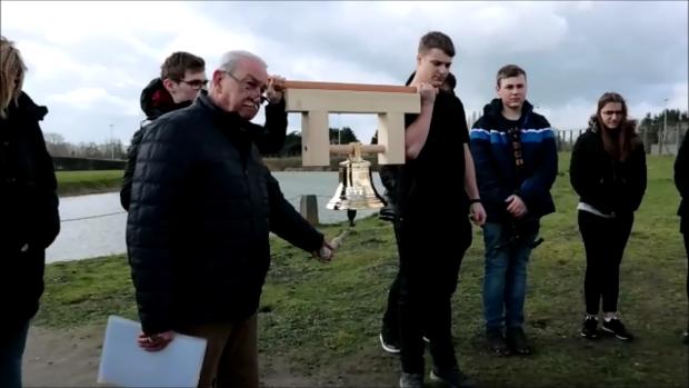 Eddy van den Bussche läutet die Friedensglocke (Andere)