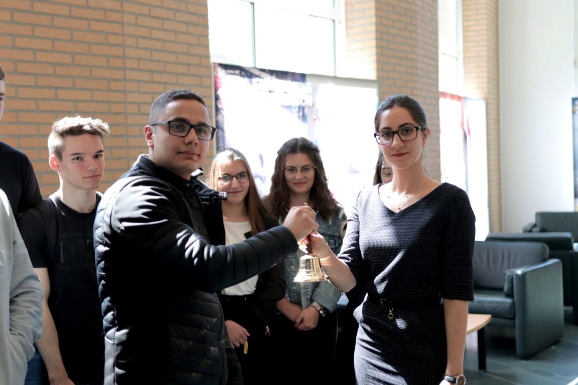 Übergabe der kleinen Friedensglocke durch Al-Kassim Nabhan an die Sekretärin für Außenpolitische Angelegenheiten  des OPCW Tatsiana Yankelvic in den Haag 2019 (Mittel)