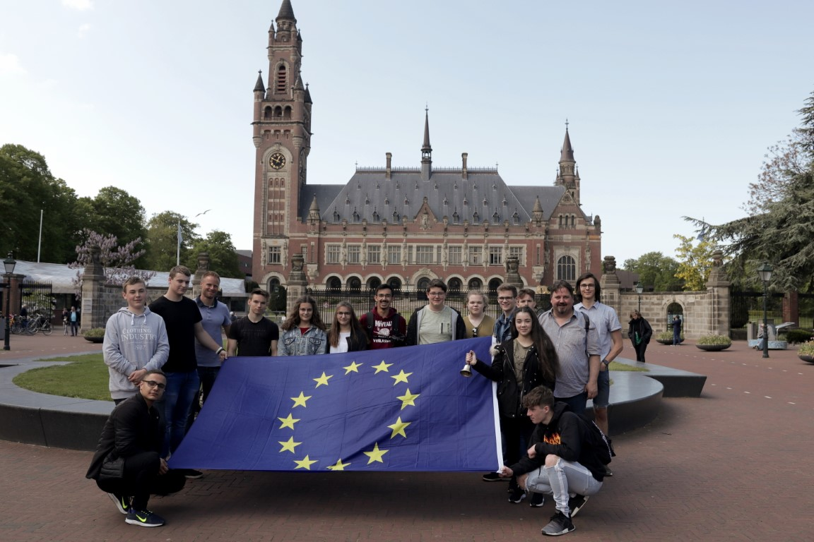 Vor dem Friedenspalast in den Haag 2019 (Hannes Johne) (Mittel)