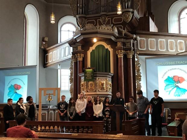 Schüler läuten zum Gedenken die Friedensglocke